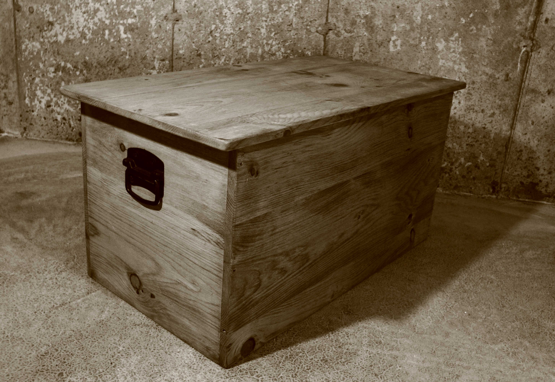 Coffre en pin massif style rustique meubles hochelaga 1967 for Meuble rustique montreal